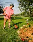 Hombre que usa el condensador de ajuste de la hierba Fotografía de archivo