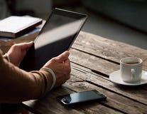 Hombre que usa el dispositivo de la tableta Fotos de archivo libres de regalías