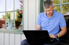 Hombre que usa el ordenador Imagen de archivo