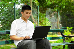 Hombre que usa el ordenador al aire libre Imágenes de archivo libres de regalías
