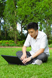 Hombre que usa el ordenador al aire libre Fotos de archivo libres de regalías