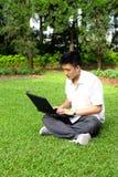 Hombre que usa el ordenador al aire libre Imagen de archivo libre de regalías