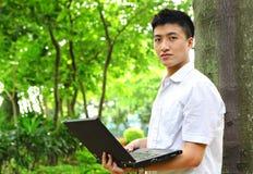 Hombre que usa el ordenador al aire libre Imagen de archivo