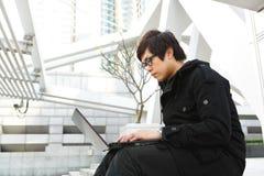 Hombre que usa el ordenador al aire libre Fotografía de archivo