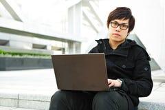 Hombre que usa el ordenador al aire libre Foto de archivo libre de regalías