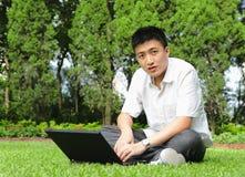 Hombre que usa el ordenador al aire libre Foto de archivo