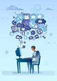 Hombre que usa el ordenador con la burbuja de la charla del medios concepto social de la comunicación de la red de los iconos Fotos de archivo libres de regalías