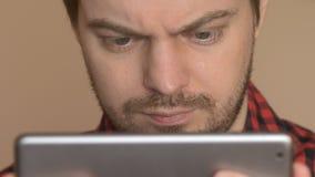 Hombre que usa el ordenador de la tablilla