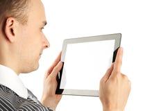 Hombre que usa el ordenador de la tablilla Foto de archivo libre de regalías