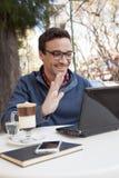 Hombre que usa el ordenador portátil en la calle fotos de archivo libres de regalías