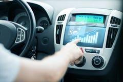 Hombre que usa el panel de control del coche Imagenes de archivo