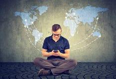 Hombre que usa el smartphone para la comunicación imagen de archivo