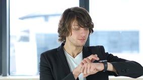 Hombre que usa el smartwatch metrajes