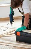 Hombre que usa el taladro eléctrico en casa Fotografía de archivo libre de regalías