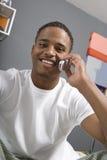 Hombre que usa el teléfono celular Fotografía de archivo libre de regalías