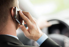 Hombre que usa el teléfono mientras que conduce el coche Imágenes de archivo libres de regalías