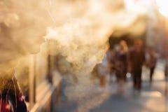 Hombre que usa el vape o el cigarrillo electrónico contra la perspectiva de Fotos de archivo libres de regalías