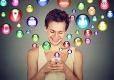 Hombre que usa iconos sociales del uso del smartphone los medios que vuelan para arriba Fotos de archivo
