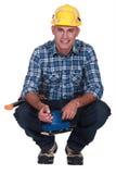 Hombre que usa la chorreadora eléctrica Imagenes de archivo