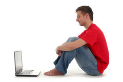 Hombre que usa la computadora portátil Foto de archivo