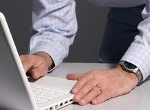 Hombre que usa la computadora portátil imagen de archivo
