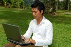 Hombre que usa la computadora portátil Imagenes de archivo