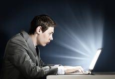 Hombre que usa la computadora portátil Fotografía de archivo libre de regalías