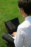 Hombre que usa la computadora portátil al aire libre imágenes de archivo libres de regalías