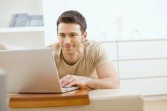 Hombre que usa la computadora portátil en el país Fotos de archivo libres de regalías