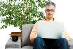 Hombre que usa la computadora portátil en el país fotografía de archivo
