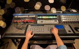 Hombre que usa la consola de mezcla en el estudio de grabación de la música fotos de archivo libres de regalías