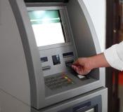 Hombre que usa la máquina de las actividades bancarias Fotos de archivo libres de regalías