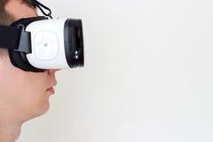 Hombre que usa la opinión del perfil de los vidrios de la realidad virtual Fotos de archivo libres de regalías