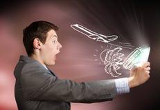 Hombre que usa la PC de la tablilla Imagen de archivo libre de regalías