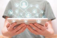 Hombre que usa la red social en la tableta imágenes de archivo libres de regalías