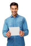 Hombre que usa la tableta de Digitaces Foto de archivo libre de regalías