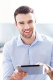 Hombre que usa la tableta digital Imagen de archivo
