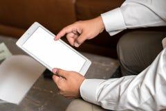 Hombre que usa la tablilla Foto de archivo
