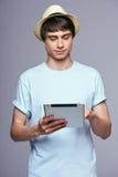 Hombre que usa la tablilla digital Fotografía de archivo libre de regalías