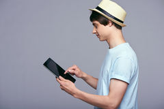 Hombre que usa la tablilla digital Imágenes de archivo libres de regalías