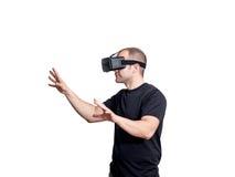 Hombre que usa las auriculares de la realidad virtual aisladas en el blackground blanco Imágenes de archivo libres de regalías