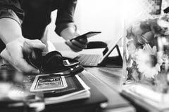 Hombre que usa las auriculares de VOIP con el keyb digital del muelle de la tableta Foto de archivo libre de regalías