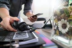 Hombre que usa las auriculares de VOIP con el keyb digital del muelle de la tableta Imagen de archivo