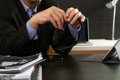 Hombre que usa las auriculares de VOIP con la tableta digital como concepto c Foto de archivo libre de regalías