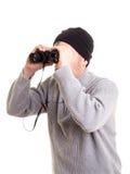 Hombre que usa los prismáticos imagen de archivo
