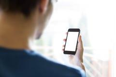 Hombre que usa Smartphone Fotografía de archivo libre de regalías
