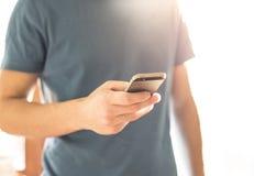 Hombre que usa Smartphone Fotos de archivo