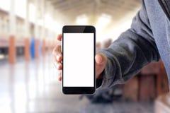 Hombre que usa smartphone en ferrocarril Imagen de archivo libre de regalías