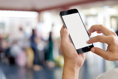 Hombre que usa smartphone en ferrocarril Smartphone de la pantalla en blanco Imagen de archivo libre de regalías