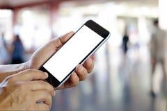 Hombre que usa smartphone en ferrocarril Smartphone de la pantalla en blanco Fotos de archivo libres de regalías